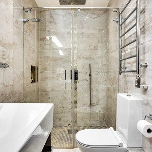 Idéer för att renovera ett mellanstort minimalistiskt badrum med dusch, med släta luckor, skåp i mörkt trä, en dusch i en alkov, en toalettstol med separat cisternkåpa, beige kakel, beige väggar, ett integrerad handfat, dusch med skjutdörr, marmorkakel, marmorgolv och beiget golv