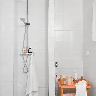 Пример оригинального дизайна: маленькая ванная комната в скандинавском стиле с открытым душем, белой плиткой, фасадами островного типа, оранжевыми фасадами, керамической плиткой, белыми стенами, полом из известняка и открытым душем