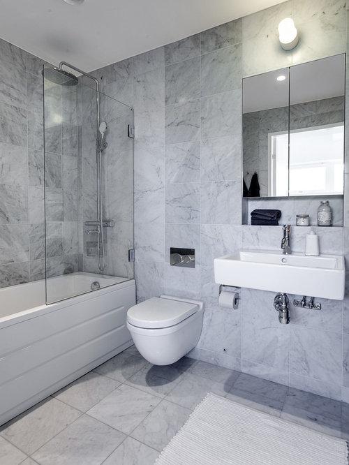 salle de bain avec un lavabo int gr et une baignoire