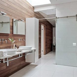 Inredning av ett modernt stort en-suite badrum, med släta luckor, vita skåp, bruna väggar, bänkskiva i kvartsit, vitt golv och ett fristående handfat