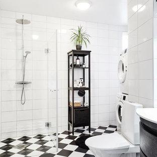 Idee per una stanza da bagno con doccia nordica con ante lisce, ante nere, doccia ad angolo, WC a due pezzi, pistrelle in bianco e nero, piastrelle bianche, pareti bianche, piastrelle in ceramica, pavimento con piastrelle in ceramica, lavabo a bacinella, porta doccia a battente e lavanderia