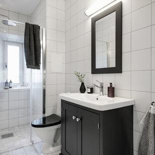 Idéer för att renovera ett skandinaviskt badrum med dusch, med skåp i shakerstil, svarta skåp, en hörndusch, en toalettstol med separat cisternkåpa, vit kakel, ett integrerad handfat, grått golv och dusch med gångjärnsdörr