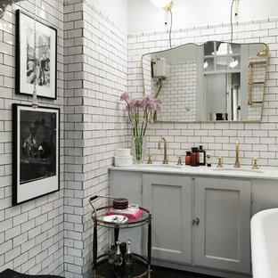 Eklektisk inredning av ett mellanstort badrum, med svart och vit kakel, porslinskakel, vita väggar, marmorgolv, marmorbänkskiva, skåp i shakerstil, beige skåp och ett undermonterad handfat