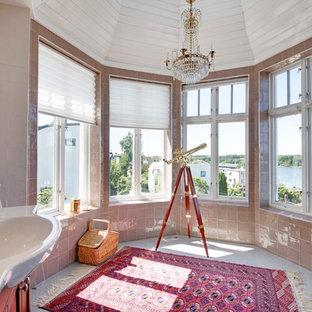 Inspiration för stora eklektiska badrum, med skåp i mellenmörkt trä, beige kakel, bruna väggar, porslinskakel och mosaikgolv