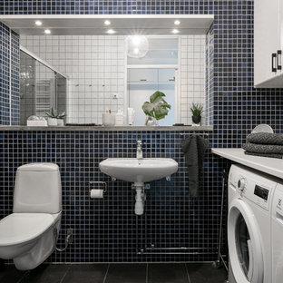 Foto på ett mellanstort minimalistiskt badrum, med släta luckor och vita skåp