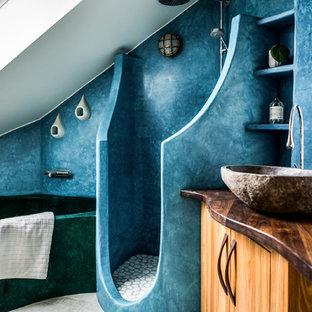 Esempio di una stanza da bagno nordica di medie dimensioni con ante lisce, ante in legno scuro, vasca da incasso, doccia aperta, pareti blu, lavabo a bacinella e top in legno