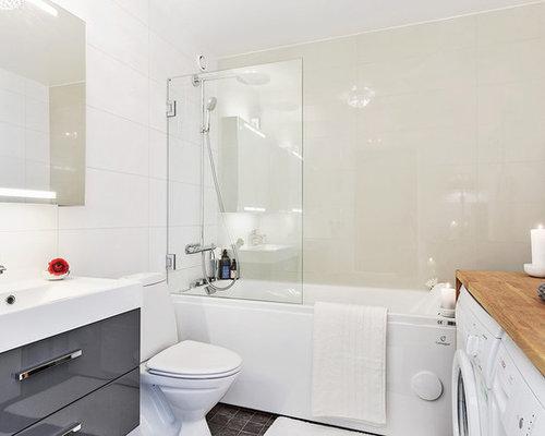 Salle de bain scandinave avec des portes de placard grises for Baignoire lavabo integre