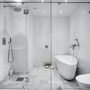 Idéer för ett stort modernt en-suite badrum, med ett fristående badkar, porslinskakel, marmorgolv, släta luckor, skåp i mörkt trä, en kantlös dusch, en vägghängd toalettstol, vita väggar och dusch med gångjärnsdörr
