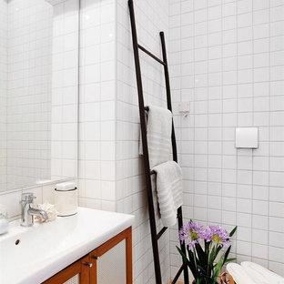 Inredning av ett modernt mellanstort badrum, med skåp i shakerstil, beige kakel, vit kakel, vita väggar, ett integrerad handfat, porslinskakel och klinkergolv i keramik