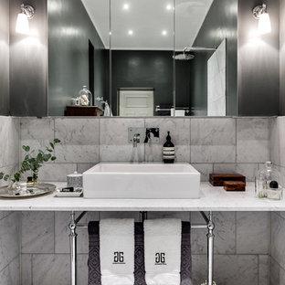 Esempio di una stanza da bagno padronale scandinava di medie dimensioni con piastrelle grigie, pareti nere, lavabo a consolle, pavimento con piastrelle a mosaico e top in marmo