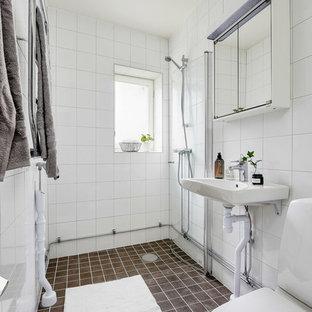 Inspiration för ett skandinaviskt badrum med dusch, med en kantlös dusch, vit kakel, vita väggar, mosaikgolv, ett väggmonterat handfat, brunt golv och med dusch som är öppen