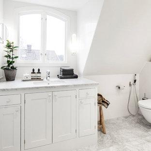 Inspiration för ett mellanstort vintage en-suite badrum, med skåp i shakerstil, vita skåp, en vägghängd toalettstol, vita väggar, marmorgolv, marmorbänkskiva, en hörndusch, vit kakel, keramikplattor, ett konsol handfat, vitt golv och dusch med gångjärnsdörr