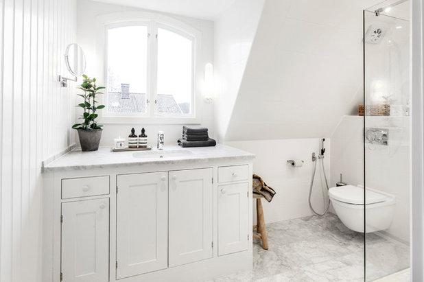 Transitional Bathroom by A3 Byggprojekt AB