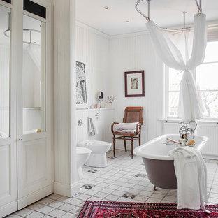 Foto di una stanza da bagno padronale nordica di medie dimensioni con vasca con piedi a zampa di leone, bidè, pareti bianche, piastrelle in ceramica, pavimento con piastrelle in ceramica e doccia con tenda