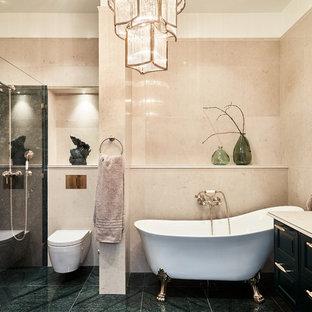 Inspiration för stora klassiska beige en-suite badrum, med en vägghängd toalettstol, beige kakel, beige väggar, luckor med upphöjd panel, svarta skåp, ett badkar med tassar, en hörndusch, ett undermonterad handfat och grönt golv