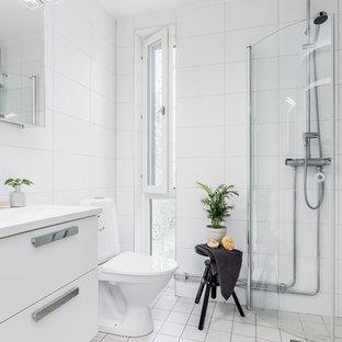 Idéer för ett skandinaviskt badrum, med vita skåp, en hörndusch och bänkskiva i kvartsit