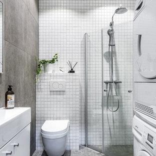 Idee per una stanza da bagno con doccia nordica di medie dimensioni con doccia a filo pavimento, WC sospeso, piastrelle grigie, piastrelle bianche, pavimento grigio, ante lisce, ante bianche, piastrelle a mosaico, pareti bianche, pavimento con piastrelle a mosaico e lavabo a consolle