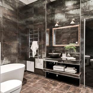 Inspiration för industriella badrum, med öppna hyllor, en vägghängd toalettstol, brun kakel, flerfärgad kakel och brunt golv