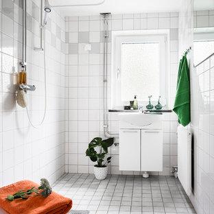 Inspiration för ett minimalistiskt badrum med dusch, med möbel-liknande, vita skåp, en öppen dusch, vita väggar, grått golv och med dusch som är öppen