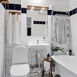 Inspiration för ett litet nordiskt badrum med dusch, med ett badkar med tassar, en toalettstol med hel cisternkåpa, vit kakel, vita väggar, ett väggmonterat handfat och vitt golv