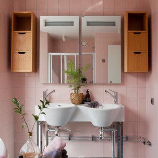 Diseño de cuarto de baño escandinavo con armarios con paneles lisos, puertas de armario de madera oscura, baldosas y/o azulejos rosa, baldosas y/o azulejos de porcelana, paredes rosas y lavabo suspendido