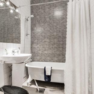 Idéer för nordiska en-suite badrum, med ett badkar i en alkov, en dusch/badkar-kombination, svart och vit kakel, vita väggar, ett piedestal handfat, vitt golv och dusch med duschdraperi