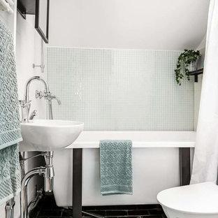 Idéer för mellanstora funkis badrum, med ett fristående badkar, en dusch/badkar-kombination, grön kakel, vita väggar, ett konsol handfat, svart golv, dusch med duschdraperi, öppna hyllor och svarta skåp