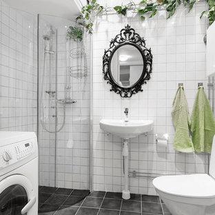 Idéer för mellanstora vintage badrum med dusch, med släta luckor, vita skåp, en hörndusch, en toalettstol med separat cisternkåpa, svart och vit kakel, vita väggar, ett piedestal handfat, keramikplattor och dusch med gångjärnsdörr