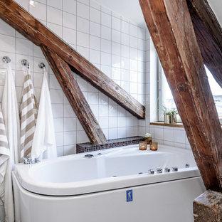 Exempel på ett mellanstort rustikt badrum, med en jacuzzi, keramikplattor och vita väggar
