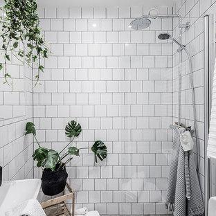 Idéer för små minimalistiska badrum med dusch, med en öppen dusch, vit kakel, porslinskakel och grått golv