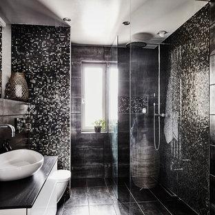 Exempel på ett stort modernt badrum med dusch, med släta luckor, vita skåp, en hörndusch, svart kakel, mosaik, svarta väggar, kalkstensgolv, träbänkskiva, med dusch som är öppen och svart golv