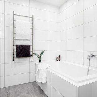 На фото: с высоким бюджетом большие главные ванные комнаты в скандинавском стиле с плоскими фасадами, светлыми деревянными фасадами, душем в нише, унитазом-моноблоком, белой плиткой, керамогранитной плиткой, белыми стенами, полом из известняка, накладной раковиной, серым полом и открытым душем