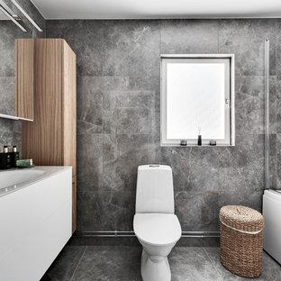 Idéer för ett modernt vit badrum, med släta luckor, vita skåp, grå kakel, ett integrerad handfat och grått golv