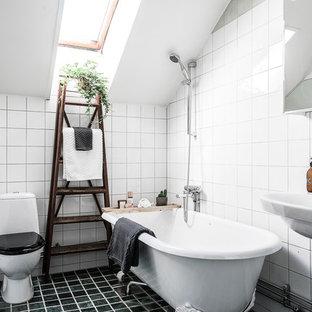 Idéer för ett mellanstort nordiskt badrum med dusch, med ett fristående badkar, en dusch/badkar-kombination, vit kakel, vita väggar, ett konsol handfat, svart golv och en toalettstol med hel cisternkåpa