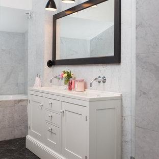 Inredning av ett klassiskt mellanstort badrum, med skåp i shakerstil, vita skåp, svart och vit kakel, grå väggar, marmorgolv och ett integrerad handfat