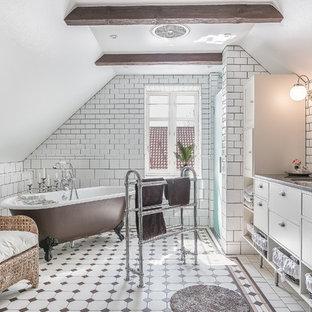 Inspiration för stora shabby chic-inspirerade grått badrum, med släta luckor, vita skåp, ett badkar med tassar, en dusch/badkar-kombination, vita väggar, ett undermonterad handfat, granitbänkskiva, flerfärgat golv, vit kakel och tunnelbanekakel