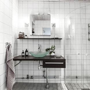 Idéer för mellanstora skandinaviska badrum med dusch, med öppna hyllor, svarta skåp, ett fristående handfat och dusch med gångjärnsdörr