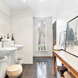 Idéer för att renovera ett mellanstort skandinaviskt badrum med dusch, med öppna hyllor, skåp i mellenmörkt trä, en öppen dusch, ett väggmonterat handfat, med dusch som är öppen, vit kakel, vita väggar och grått golv