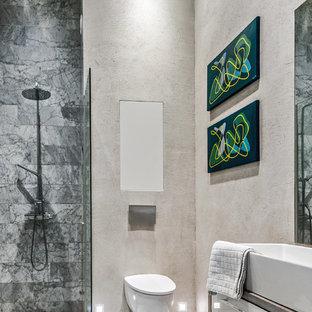 Idéer för små minimalistiska en-suite badrum, med en vägghängd toalettstol, marmorkakel, marmorgolv, träbänkskiva, med dusch som är öppen, släta luckor, våtrum, grå kakel, beige väggar, ett fristående handfat och grått golv