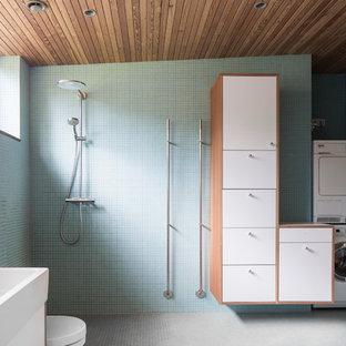Idéer för mellanstora minimalistiska badrum med dusch, med släta luckor, vita skåp, en öppen dusch, blå kakel, grå kakel, ett integrerad handfat, mosaik, gröna väggar, mosaikgolv och med dusch som är öppen