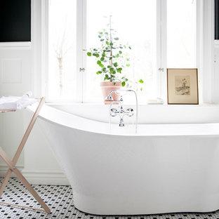 Bild på ett vintage badrum, med ett fristående badkar