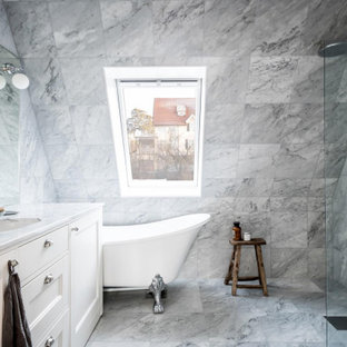 Idéer för att renovera ett minimalistiskt grå grått badrum, med luckor med infälld panel, vita skåp, ett badkar med tassar, en kantlös dusch, grå kakel, grått golv och med dusch som är öppen