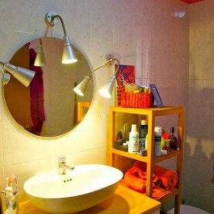 Esempio di un piccolo bagno di servizio contemporaneo con ante lisce, ante bianche, bidè, piastrelle grigie, piastrelle in ceramica, pareti arancioni, pavimento con piastrelle in ceramica, lavabo a bacinella e top in legno