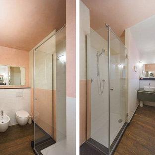 На фото: маленькие туалеты в стиле фьюжн с плоскими фасадами, зелеными фасадами, биде, белой плиткой, керамогранитной плиткой, розовыми стенами, паркетным полом среднего тона, настольной раковиной, столешницей из дерева, коричневым полом и зеленой столешницей