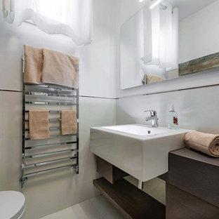 Свежая идея для дизайна: туалет среднего размера в современном стиле с темными деревянными фасадами, инсталляцией, разноцветной плиткой, плиткой из сланца, белыми стенами, раковиной с несколькими смесителями и столешницей из дерева - отличное фото интерьера