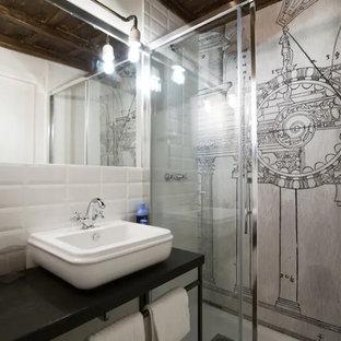 Свежая идея для дизайна: маленький туалет в стиле лофт с открытыми фасадами, искусственно-состаренными фасадами, унитазом-моноблоком, белой плиткой, терракотовой плиткой, белыми стенами, полом из керамогранита, настольной раковиной и зеленым полом - отличное фото интерьера