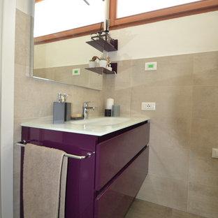 Идея дизайна: маленький туалет в стиле модернизм с плоскими фасадами, фиолетовыми фасадами, раздельным унитазом, серой плиткой, керамической плиткой, белыми стенами, полом из керамогранита, монолитной раковиной, стеклянной столешницей, серым полом и белой столешницей