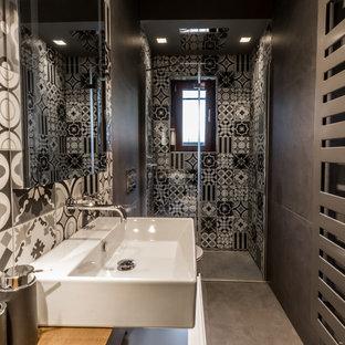 Idées déco pour un petit WC et toilettes moderne avec un placard à porte plane, des portes de placard blanches, un WC suspendu, un carrelage gris, des carreaux de porcelaine, un mur gris, un sol en carrelage de porcelaine, une grande vasque, un plan de toilette en bois, un sol gris et un plan de toilette marron.