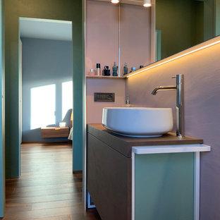 Неиссякаемый источник вдохновения для домашнего уюта: маленький туалет в стиле фьюжн с плоскими фасадами, коричневыми фасадами, розовыми стенами, паркетным полом среднего тона, настольной раковиной, столешницей из ламината, коричневым полом и коричневой столешницей