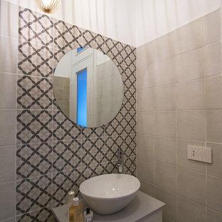 Свежая идея для дизайна: туалет в современном стиле с серыми фасадами, бежевой плиткой, цементной плиткой и серой столешницей - отличное фото интерьера